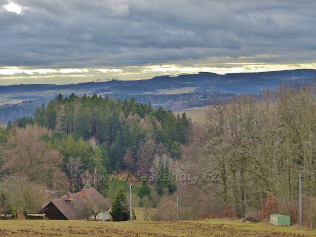 Malé Svatoňovice - pohled z cesty bratří Čapků na protilehlý hřeben