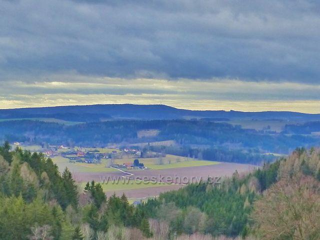 Malé Svatoňovice - pohled k telekomunikační věži na vrchu Klůček (493 m.n.m.) nad obcí Suchovršice