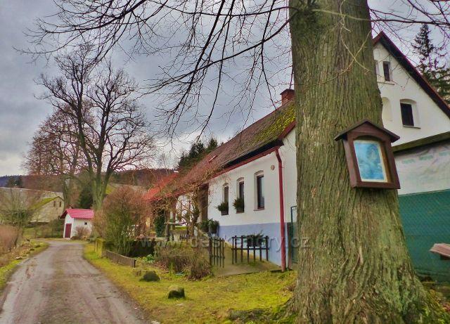 Malé Svatoňovice - Schejbalova ulice na horním okraji města nad Mariánským sadem