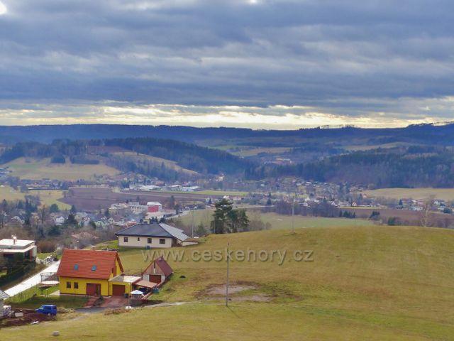 Malé Svatoňovice - pohled ze Schejbalovy ulice k Velkým Svatoňovicím