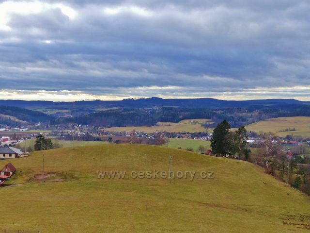 Malé Svatoňovice - pohled ze Schejbalovy ulice na níže položený vrchol návrší Klůček(475 m.n.m.)