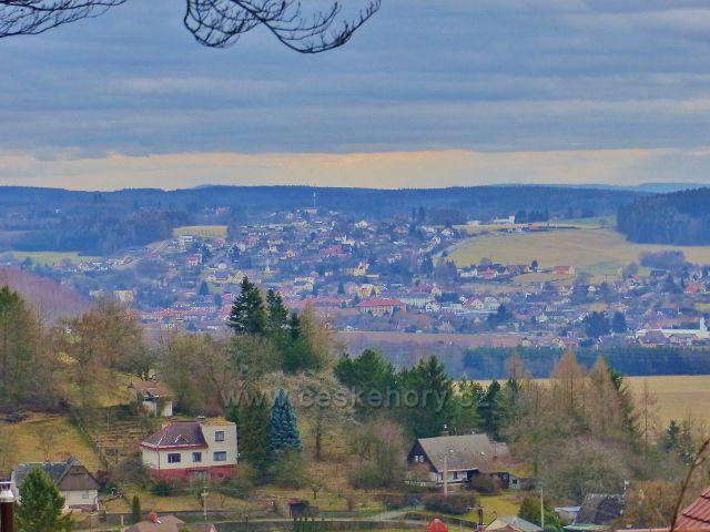 Malé Svatoňovice - pohled ze Schejbalovy ulice k Úpici
