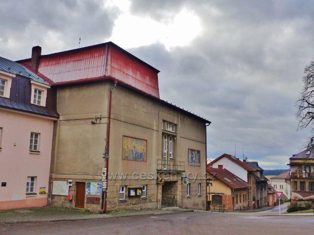 Malé Svatoňovice - budova Kulturního klubu na náměstí Karla Čapka
