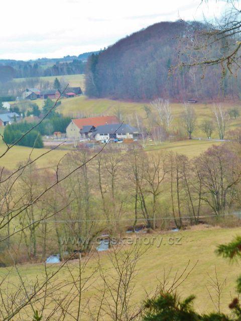 Kunvald - pohled z výhledového místa nad údolím Rokytenky ke Krejsovu kopci