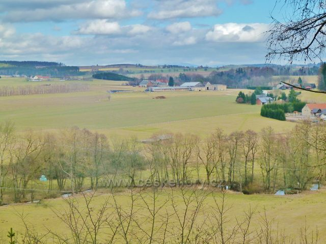 Kunvald - pohled z výhledového místa nad údolím Rokytenky k zemědělským objektům