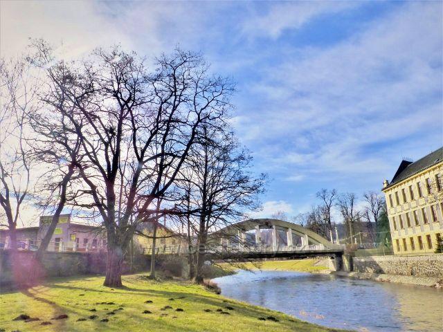 Doudleby nad Orlicí - Divoká Orlice protéká kolem základní školy T.G.M.,která stojí na jejím levém břehu