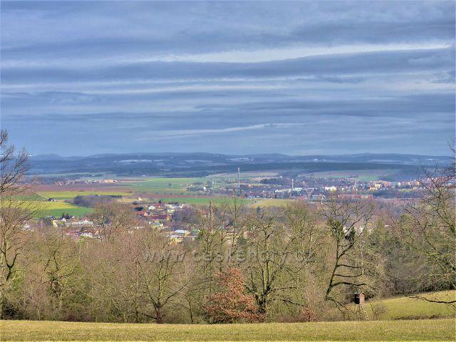 Doudleby nad Orlicí - pohled od turistického přístřešku na Doudleby, Vamberk a pásmo Orlických hor