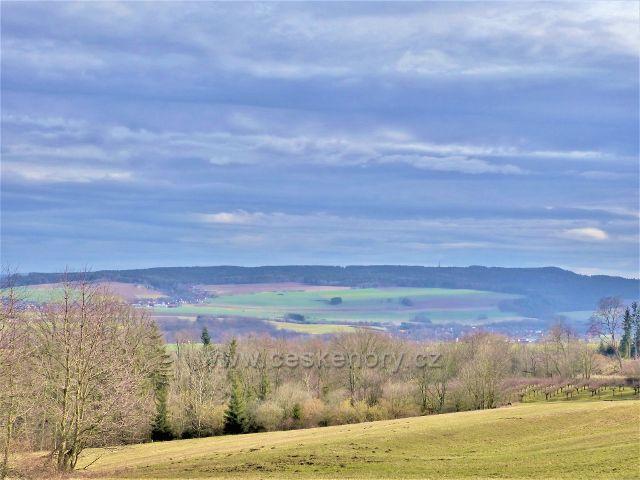 Doudleby nad Orlicí - pohled k Merklovicím a na hřeben Litického Chlumu (603 m.n.m.) ze silnice k Vrbici