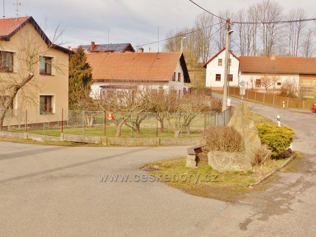 Vrbice - ostrůvek ve středu křižovatky v obci