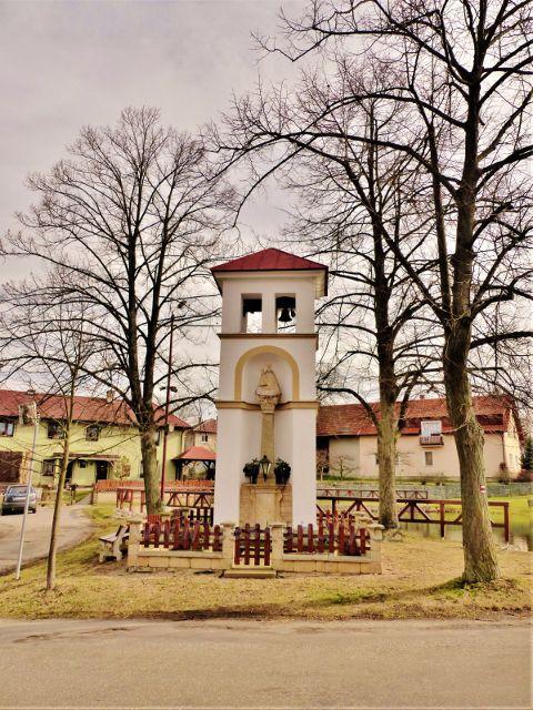 Vrbice - výklenková kaplička se zvoničkou na návsi