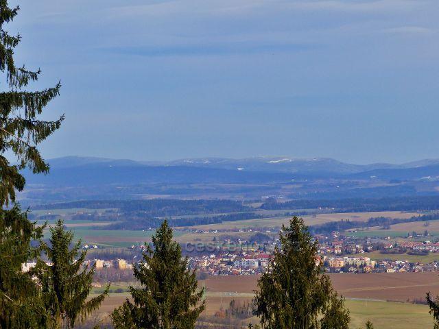 Vrbice - pohled z cesty Dr.Jarkovského(červená TZ do Potštejna)k hřebenu Orlických hor. V popředí Vamberk