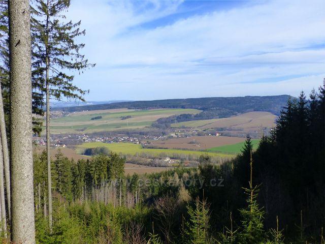 Potštejn - pohled z cyklostezky od Vrbice na Litický Chlum. Vpředu je obec Záměl
