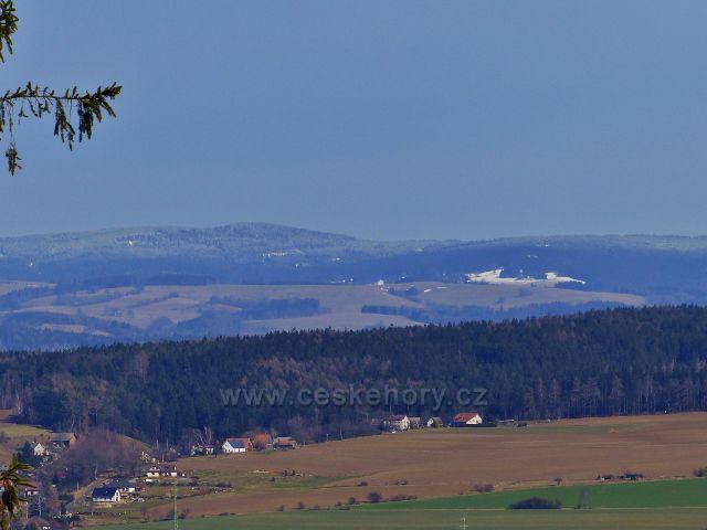 Potštejn - pohled z cyklostezky od Vrbice k Orlickým horám. Vpředu je horní část Merklovic a na obzoru se rýsuje vrch Jahodná (505 m.n.m.)