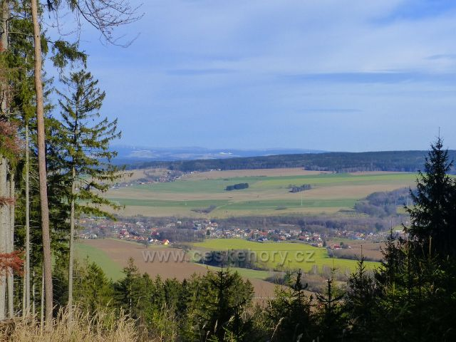 Potštejn - pohled z cyklostezky od Vrbice na Záměl a Merklovice. Na obzoru je vrch Jahodná