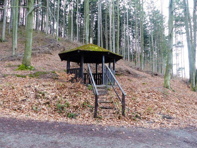 Potštejn - turistický přístřešek u parkoviště pod hradem Velešov