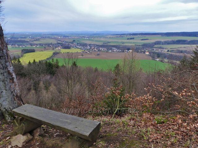 Potštejn - výhledové místo na hřebenové stezce k hradní zřícenině Velešov. Pohled na Záměl.