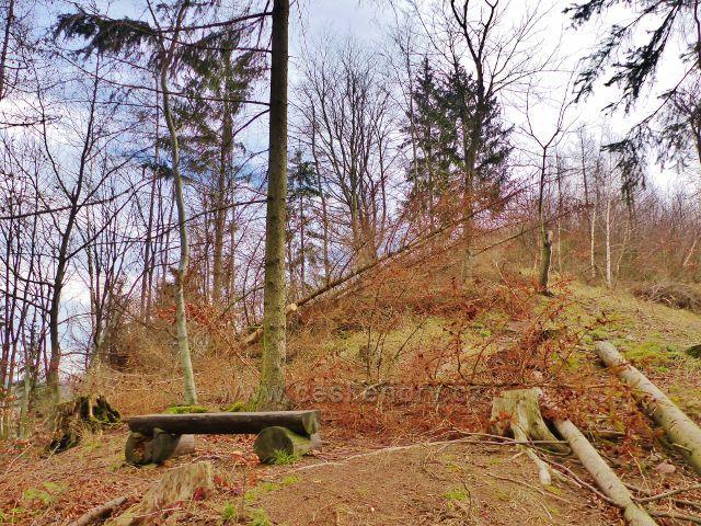 Potštejn - další lavička na hřebenové trase výstupu ke zřícenině hradu Velešov