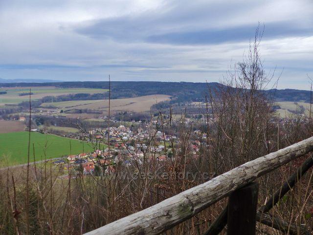 Potštejn - pohled z dolní výhledové plošiny hradu Velešov na Potštejn a Litický Chlum