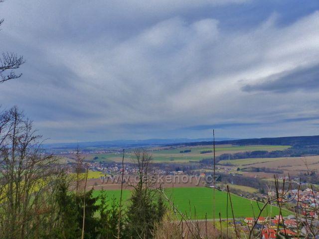 Potštejn - pohled z dolní výhledové plošiny hradu Velešov na Záměl a Vamberk.V pozadí vystupují Orlické hory.
