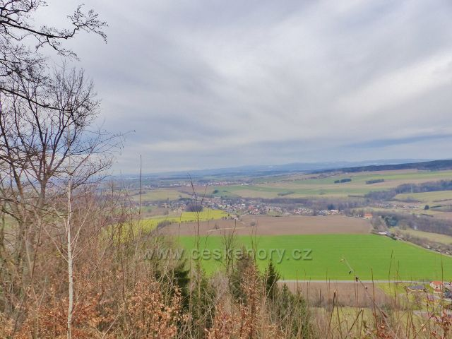 Potštejn - pohled z horní výhledové plošiny hradu Velešov na Záměl a Vamberk