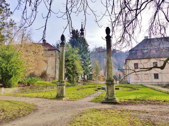 Potštejn - sloupy v zámecké zahradě