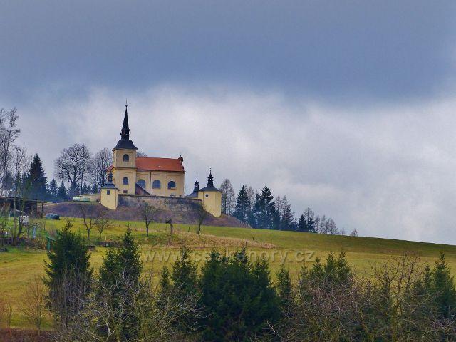 Malá Lhota - pohled ke kostelu Panny Marie Pomocné na návrší Homol