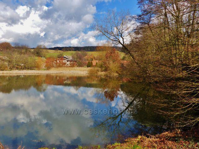 Velká Lhota - rybník na návsi