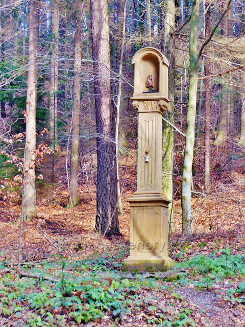 Potštejn - výklenkový pomník se soškou Madony s děťátkem pod lomem Černá Skála