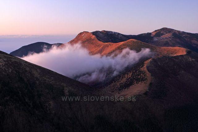 Hlavní hřeben Malé Fatry, vedoucí od vrcholu Stoh přes Poludňový grůň, Hromové, Chleb na Velký Kriváň