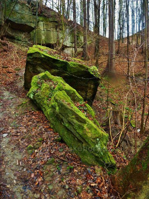 Lanšperk - skalní bloky uvolněné ze skály nad Havlíčkovo studánkou