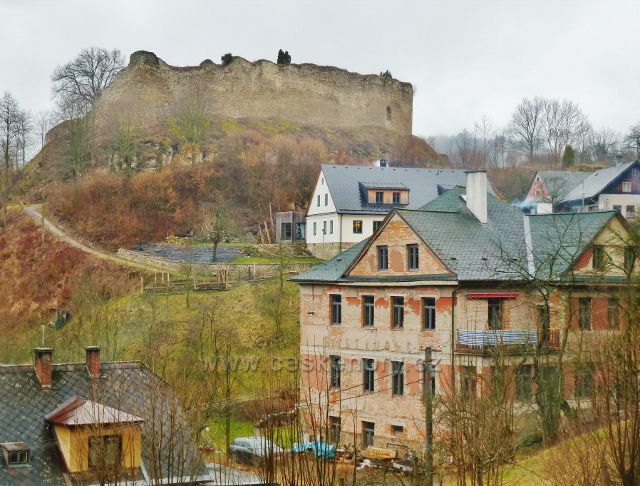 """Lanšperk - pohled na hradní zříceninu. Patrová budova vpředu je objekt bývalé restaurace """"U Dušků"""""""