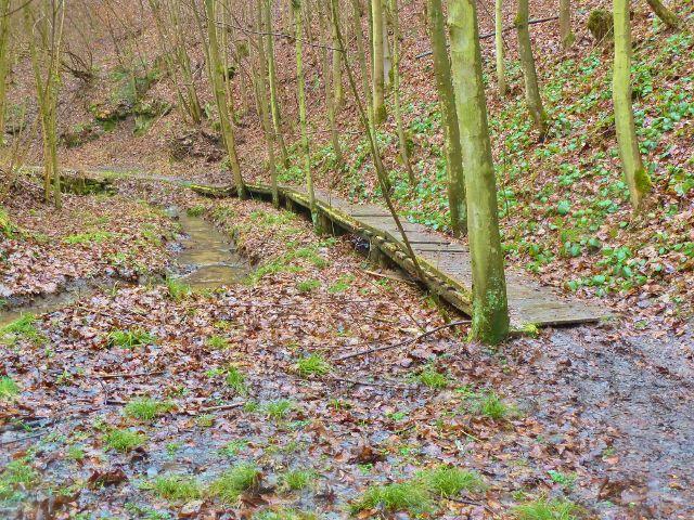 Vadětín - dřevěný chodník podél potoka nahrazuje cestu Údolím Sejfů