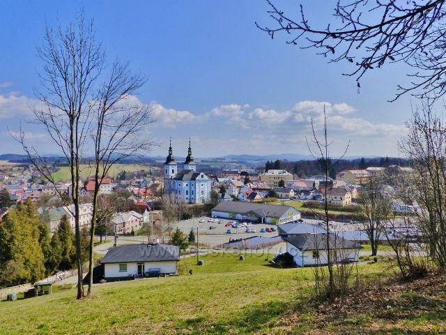 Žamberk - pohled z úbočí Rozálky ke kostelu sv. Václava