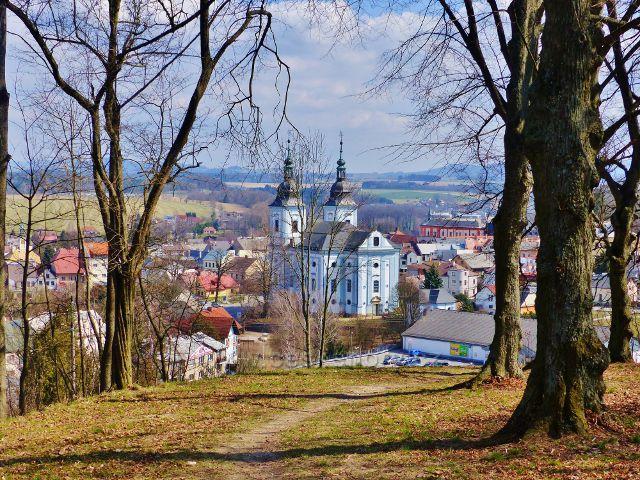 Žamberk - průhled parkem na Rozálce ke kostelu sv. Václava