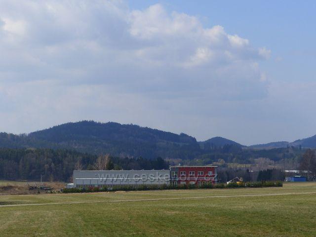 Žamberk - nová budova letiště.V pozadí Přim(523 m.n.m.) a Hůrka nad Českou Rybnou(558 m.n.m.)
