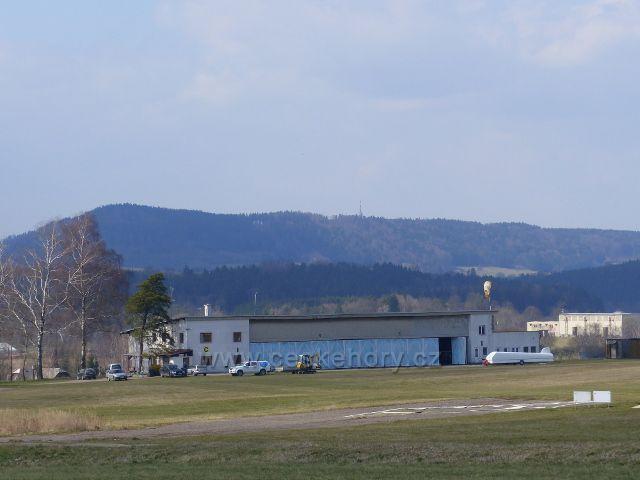 Žamberk - letiště, hangár s stará budova. V pozadí je litický Chlum(603 m.n.m.)