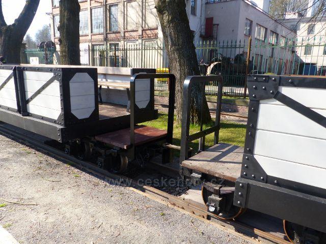 Žamberk - vagonky úzkokolejné dráhy před Muzeem starých strojů