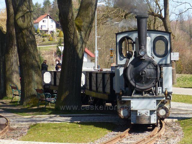 Žamberk - úzkokolejná lokomotiva před Muzeem starých strojů vyjíždí na zkušební jízdu