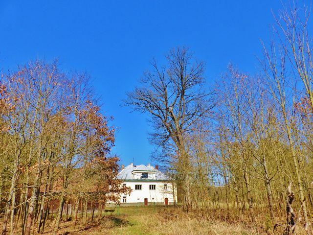 Helvíkovice -  lovecký zámeček sloužil ještě před několika lety jako myslivna