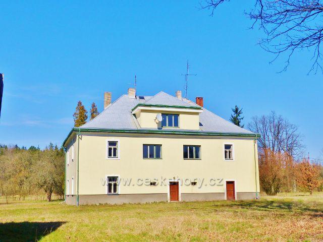 Helvíkovice - lovecký zámeček, později myslivna, v Bažantnici je z 19.století