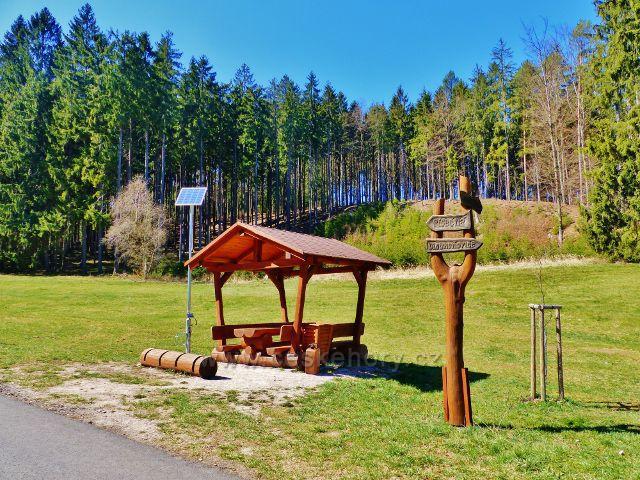 Dlouhoňovice - turistický přístřešek s cyklistickým terminélem u cyklostezky do Písečné