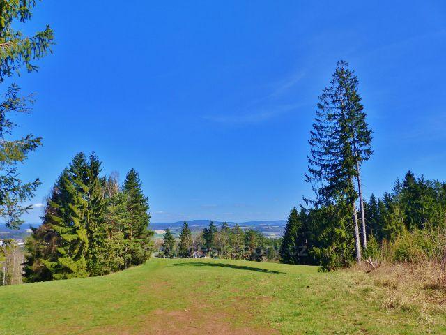 Dlouhoňovice - pohled z okraje lesa nad vlekem