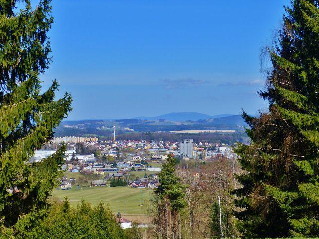 Dlouhoňovice - pohled z okraje lesa nad sjezdovkou k Žamberku