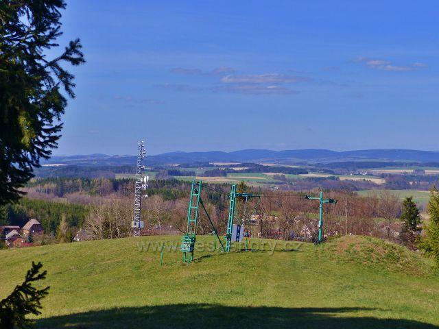 Dlouhoňovice - pohled z vrcholu sjezdovky k Orlickým horám