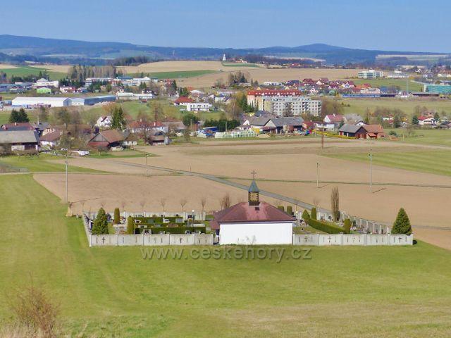 """Dlouhoňovice - pohled na hřbitov pod výhlednou a bývalé """"mlékárenské"""" sídliště"""