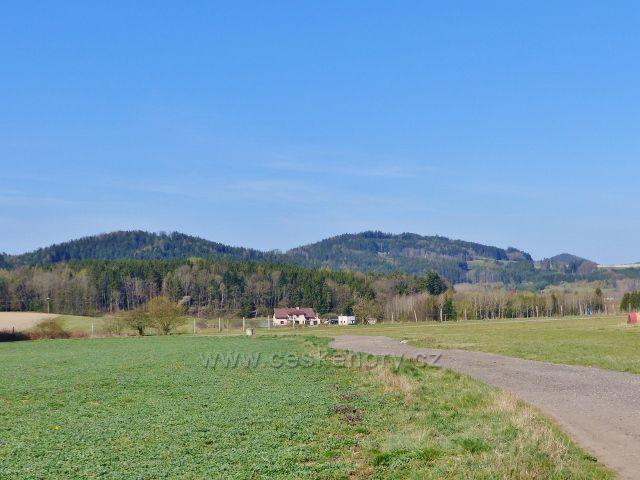 Žamberk - pohled z letiště na Přím(532 m.n.m.), Hůrku u Čes.rybné (558 m.n.m.) a Kletnou(523 m.n.m.) nad Liticemi