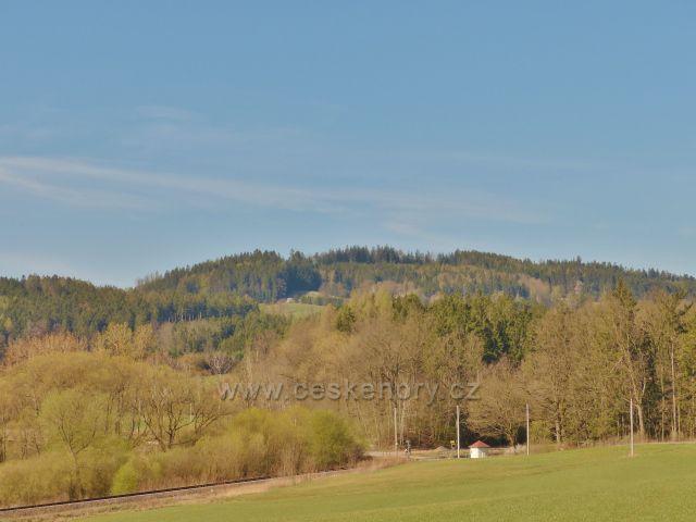 Helvíkovice - pohled z Popluží na Hůrku u České Rybné(558 m.n.m.). V popředí za přejezdem je vrch Homole (409 m.n.m.)
