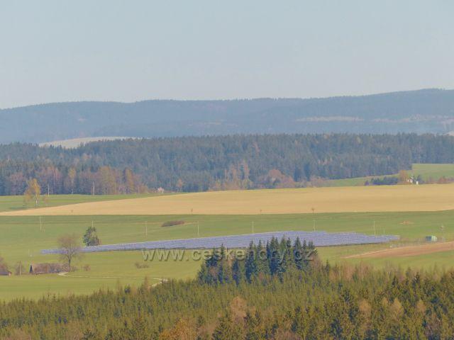 Pohled z polní cesty pod Hůrkou k fotovoltaice u Kameničné, V pozadí pásmo Orlických hor