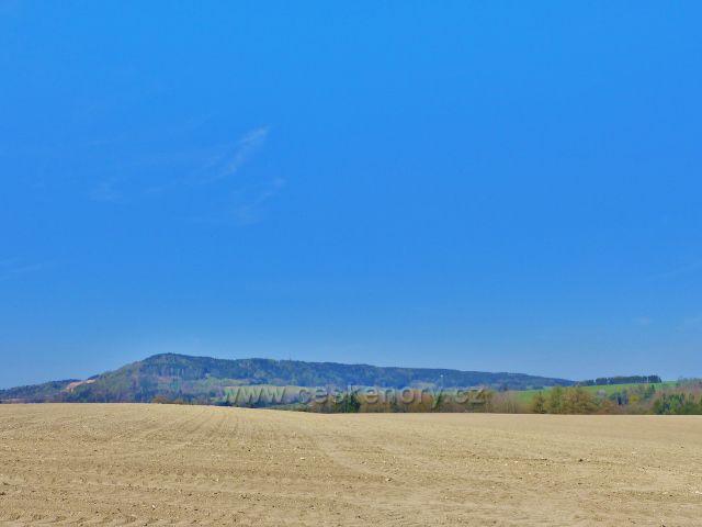 Pohled z polní cesty pod Hůrkou na hřeben litického Chlumu(603 m.n.m.)