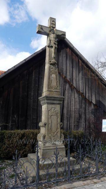 Pískovcový kříž na podstavci z roku 1792 ve Lhotách u Potštejna.